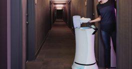 Foto del robot mayordomo Savioke en hoteles y hospitales