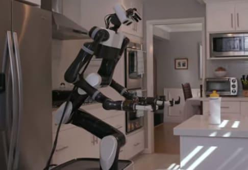 Robot mayorodomo de Toyota utiliza Realidad virtual para aprender movimientos. robot asistente inteligente de Toyota