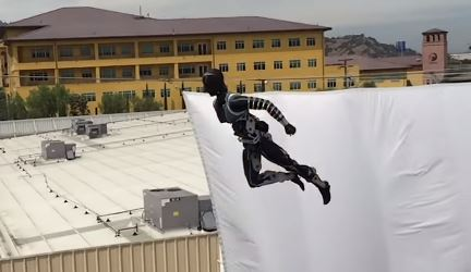 Stuntronic, el robot humanoide que realiza acrobacias